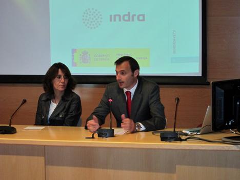 De izquierda a derecha: Asunción Santamaría, de la Universidad Politécnica de Madrid, y Pablo Sánchez, Director del Proyecto por parte de Indra.