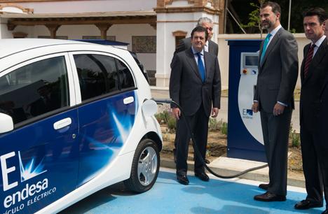 S.A.R. El Príncipe de Asturias, con el presidente de Endesa, Borja Prado, y el ministro de Industria, Energía y Turismo, José Manuel Soria, junto a un punto de recarga de vehículos eléctricos V2G en Málaga.