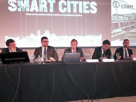 De izquierda a derecha: Javier Lima, de Mobivery; Arturo Ortigosa, del Ayuntamiento de Valencia; Jaime Briales, del Ayuntamiento de Málaga; moderador, Manuel Leira, del COAM, y Jesús Pato, del Ayuntamiento de Móstoles.