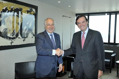De izquirda a derecha: Juan María Nin, Vicepresidente y Consejero Delegado de CaixaBank, y Carlos Guille, Director General Adjunto del Departamento de Operaciones del BEI