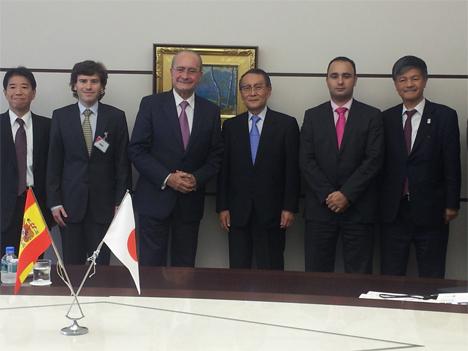 Representantes del Ayuntamiento de Málaga recibidos por una delegación japonesa.