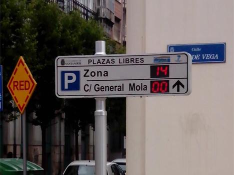 Panel informativo de las plazas de aparcamiento en Santander