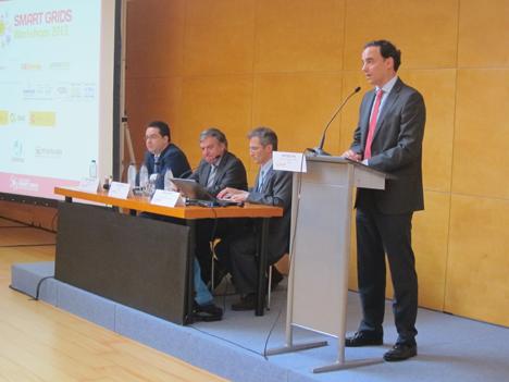 En la mesa, de izquierda a derecha: Javier Rodríguez, Director de ACOGEN; José Donoso, Director General de la Univón Fotovoltaica Española, y Santos de Paz, Director de ESEFICIENCIA, y, en el atril, Santiago Díez, Director Comercial de Matelec.
