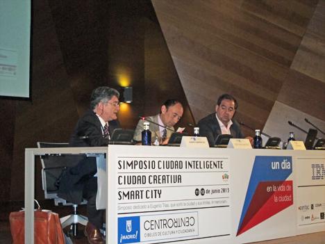 De izquierda a derecha: Aberto Barrientos, Director del Sector Público de IBM España, Portugal, Grecia e Israel; José Tono Martínez, Director Científico del Simposio, y Gildo Seisdedos, Profesor de IEBSchool y Director del Club de Innovación Urbana