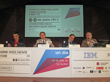 De izquierda a derecha:  Jon Aguirre, de la Plataforma Paisaje Transversal; José Tono, Director Científico del Simposio; Jordi Marín, Director de Indra de AAPP Smart Cities, y Javier Echeverría, Profesor de investigación de la Fundación Vasca de Ciencia (Ikerbasque) en el Centro de Innovación Social de la UPV/EHU.