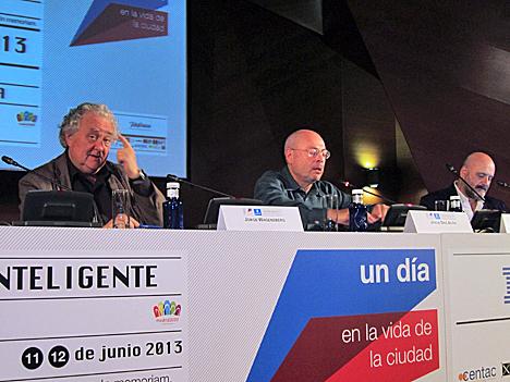 De izquierda a derecha: Jorge Wagensberg, Director Científico de la Fundación la Caixa; Jorque Díez Acón, Director de Madrid Abierto, y Horacio Fernández, Comisario del Proyecto Cityscape y Profesor Titular de la facultad de Bellas Artes de Cuenca.