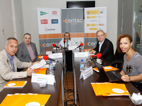 De izquierda a derecha: Bernardo Bienz, de Canal Empresarial; Roberto Aparici, UNED; Juan Carlos Ramiro, coordinador del Desayuno, director de Accesibilidad de CENTAC, José Manuel Azorín, experto TIC social; Alejandra Salmerón, coordinadora técnica proyectos I+D TIC.