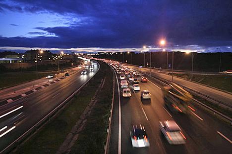 Imagen del tráfico en una carretera interurbana.