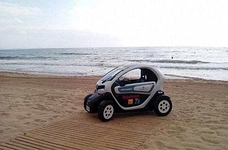 """El vehículo eléctrico renault twizy de """"Mi Ciudad Inteligente"""" en la playa de Elche."""
