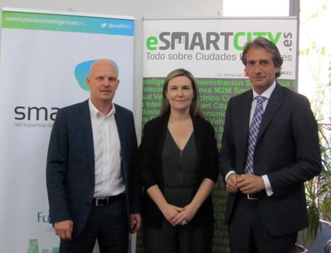 De izquierda a derecha: Stefan Junestrand, Director General del Grupo Tecma Red; Inés Leal, Directora del Portal ESMARTCITY, e Íñigo de la Serna, Director de la Red Española de Ciudades Inteligentes (RECI).