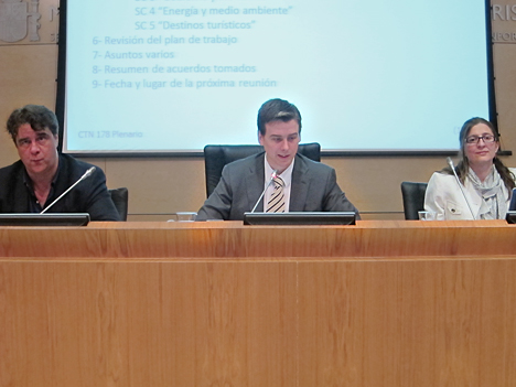 De izquierda a derecha: Miguel Errasti Argal, Covicepresidente del Comité Técnico de Normalización sobre Ciudades Inteligentes (CTN178); Juan Corro, Presidente de CTN178 y Tania Marcos, de AENOR