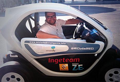 """Arturo Ortigosa, del Ayuntamiento de Valencia, en el Renault Twizy del proyecto """"Mi Ciudad Inteligente""""."""