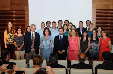 La Alcaldesa de Madrid, Ana Botella, con los estudiantes que han llevado a cabo las aplicaciones.