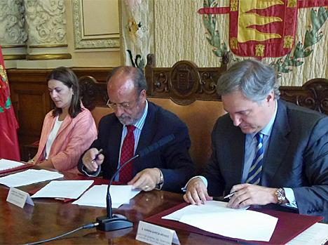 El Alcalde de Valladolid y el Representante de Telefónica rubrican el acuerdo.