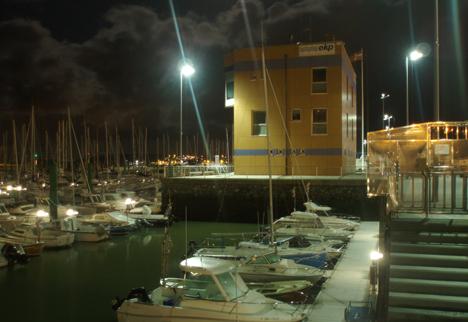 Iluminación nocturna del Puerto Deportivo de Hondarribia.