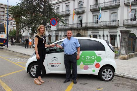Eva Diego Amavisca, Responsabl edel concesionario Citröen Beco, entrega las llaves del vehículo c-zero al Alcalde de Laredo, Ángel Vega.
