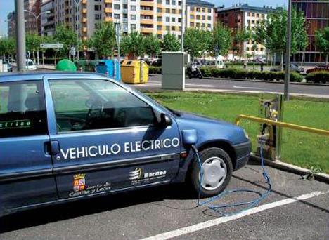 Vehículo eléctrico de la Junta de Castilla y León recargando en un poste de carga