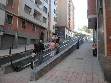 Rampa mecánica inclinada para salvar la inclinación de las calles
