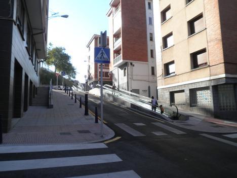 Rampa mecánica inclinada en una de las calles de Portugalete