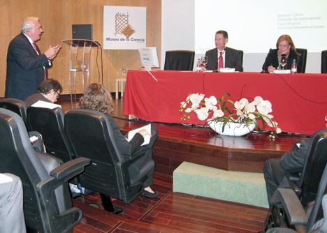 En la mesa, de izquierda a derecha: Jesús Rodríguez, Director Gerente de PTEC, y Pilar Martínez, Directora General de Arquitectura, Vivienda y Suelo, del Ministerio de Fomento