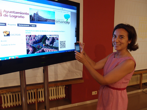 La Alcaldesa de Logroño, Cuca Gamarra, utilizando la aplicación estrenalogroño.es