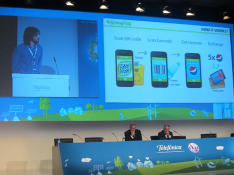 En pantalla el galardonado, Andery Sryvkov y, en la mesa: Malcolm Johnson, de la ITU, y Alberto Andreu, de Telefónica.