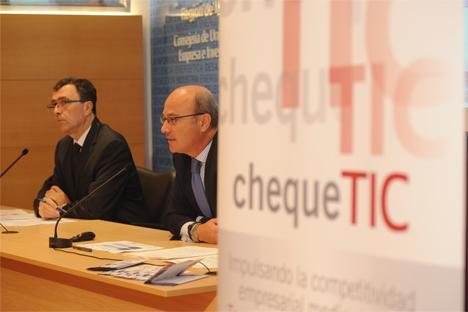 El consejero de Industria, Empresa e Innovación, José Ballesta, junto con el director del Instituto de Fomento, Juan Hernández