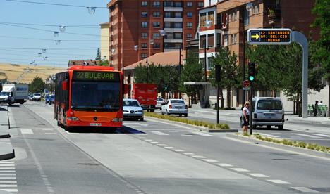 Boulevard con señalización y semáforos inteligentes