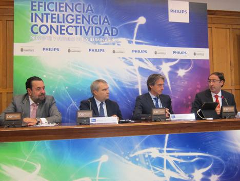De izquierda a derecha: Fernando Ibáñez, Presidente del Comité Español de Iluminación; Francisco Javier Fragoso, Alcalde de Badajoz; Íñigo de la Serna, Alcalde de Santander, y Alfonso Polanco, Alcalde de Palencia.