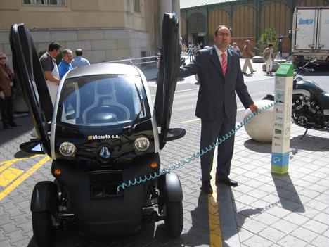 El Alcalde de Palencia, Alfonso Polanco, recargando un Vehículo Eléctrico.