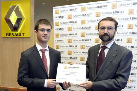 Pablo Fernández, ganador del Concurso al Mejor Proyecto de Fin de Carrera sobre Movilidad Sostenible, y Ernesto Salas, Director General de la Fundación Renault.