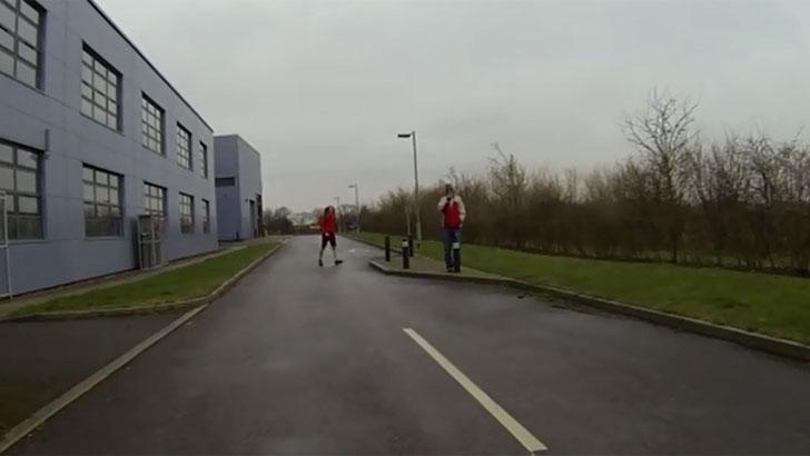 El vehículo se detiene ante la presencia de peatones en la vía