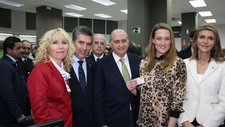 El ministro del Interior junto a la nadadora olímpica Mireia Belmonte a quien se le ha expedido el primer nuevo DNI 3.0
