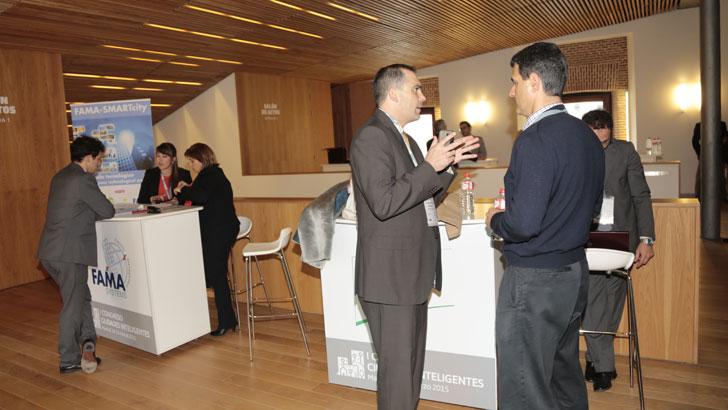 Mesas de patrocinadores a la entrada del I Congreso Ciudades Inteligentes