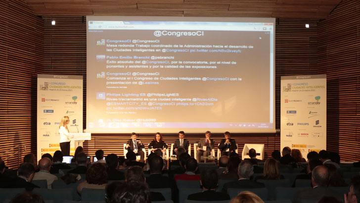 Pantalla con comentarios en Twitter del I Congreso Ciudades Inteligentes