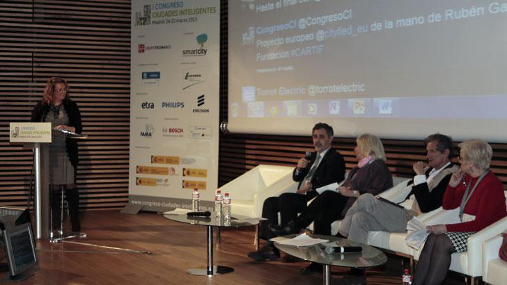 May Escobar, moderadora de una mesa redonda en el I Congreso Ciudades Inteligentes