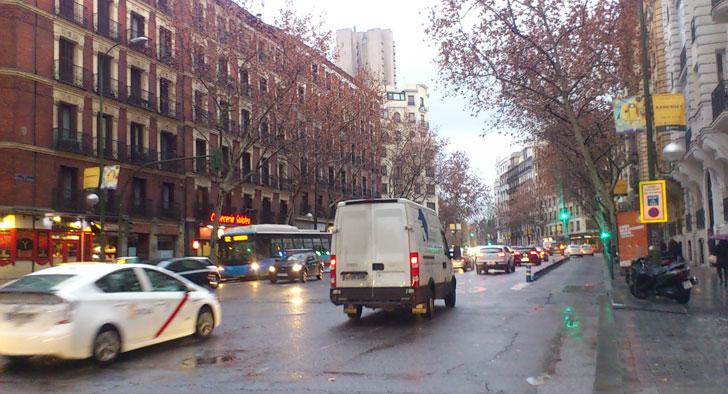 Tráfico en en una avenida de Madrid