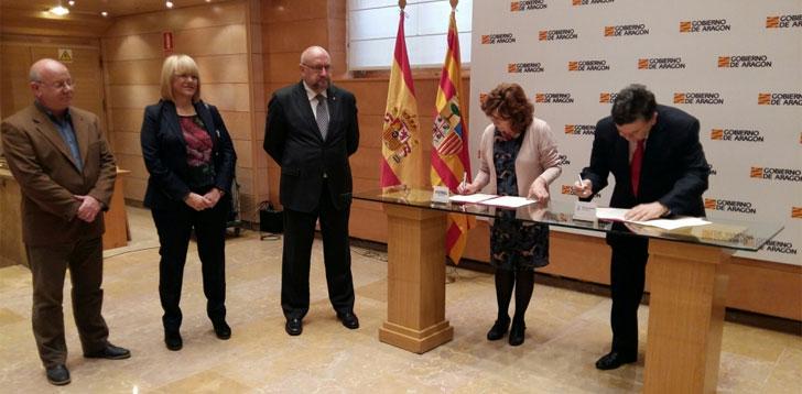Representantes del Gobierno de Aragón y de la Universidad de Zaragoza firmando el convenio