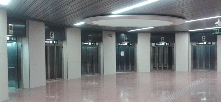 Varios ascensores en una de las nuevas estaciones de metro de Barcelona