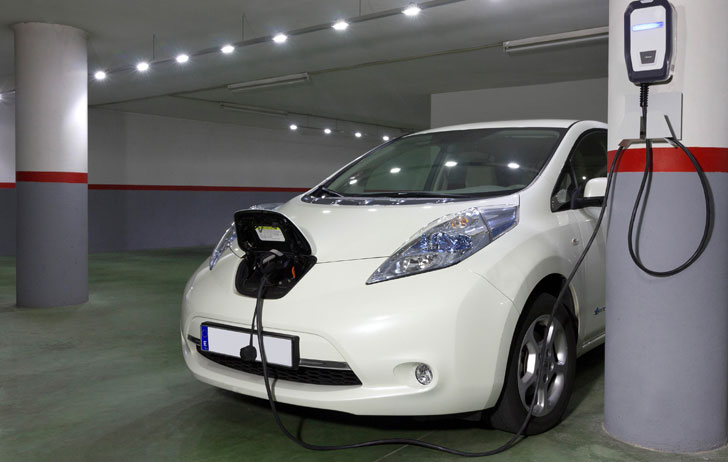 Carga de vehículo eléctrico en un parking privado