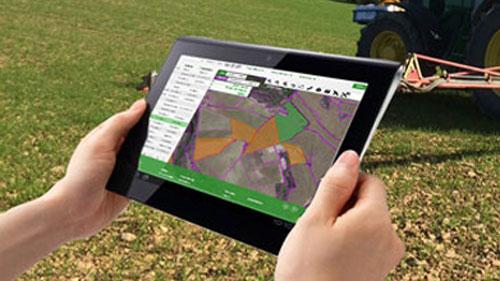 Un usuario usa una tablet con acceso a Internet en un entorno rural