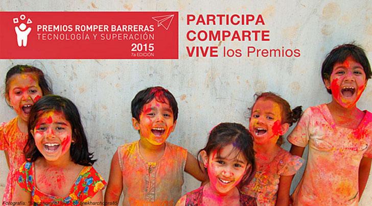 Niños sonriendo junto al letrero Premios Romper Barreras