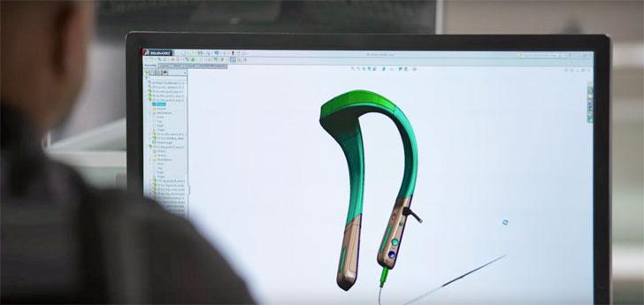Un ingeniero de Toyota trabajando sobre el diseño del wearable en su ordenador