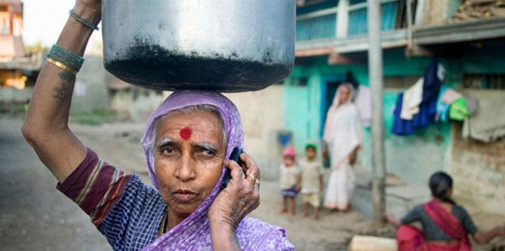Una mujer habla por teléfono móvil en un país en desarrollo