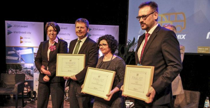 Entrega de diplomas de finalistas a representantes de las tres ciudades