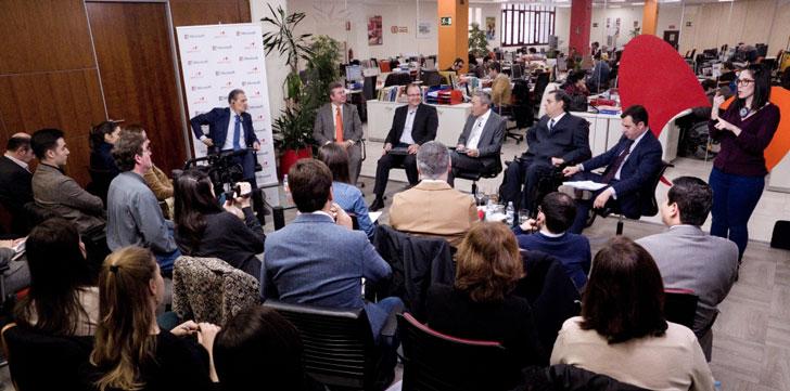 Sala con los asistentes al encuentro informativo y los ponentes