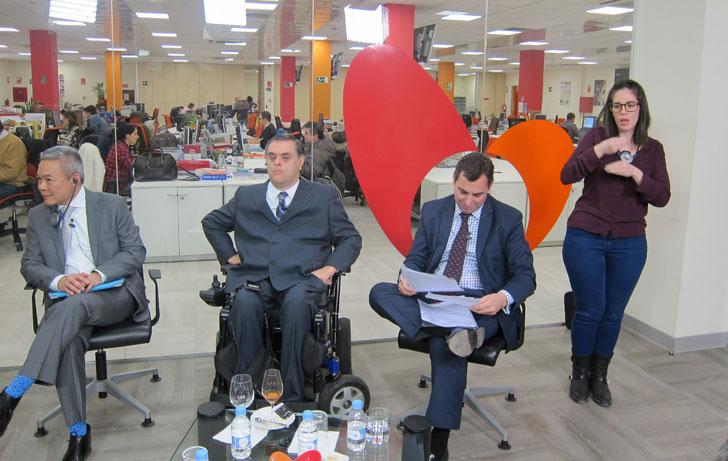 Jesús Hernández y Alejandro Negro junto a la intérprete de lenguaje de signos