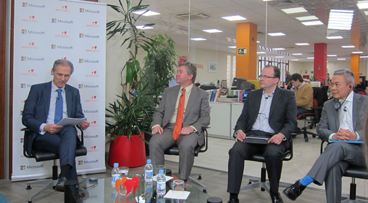 El moderador del encuentro junto a Miguel Ángel Valero, Loïc Martínez y Alex Li