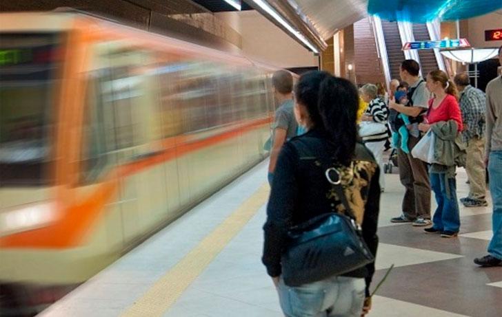 Pasajeros esperan el metro en el andén