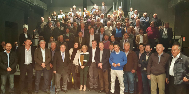 La consejera de Agricultura de Murcia junto a los miembros de la comunidad de regantes de la Región